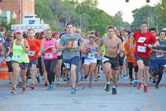 RunnersTakeOffToStartRace