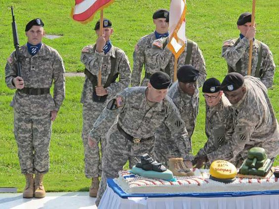 cake-cutting-with-youngest--oldest-3rd-ID-soldiers