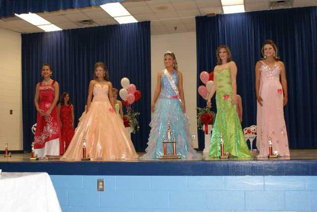 Jr Miss Sweetheart Ashley Murphy with four runners up.