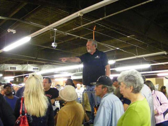 Auctioneer pointing3