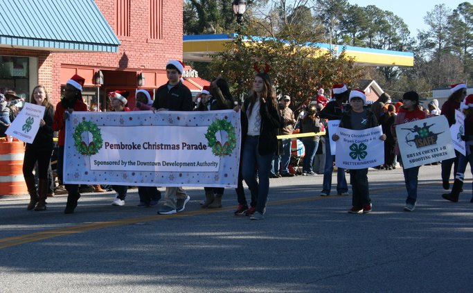 4-H group leading off parade.jpg